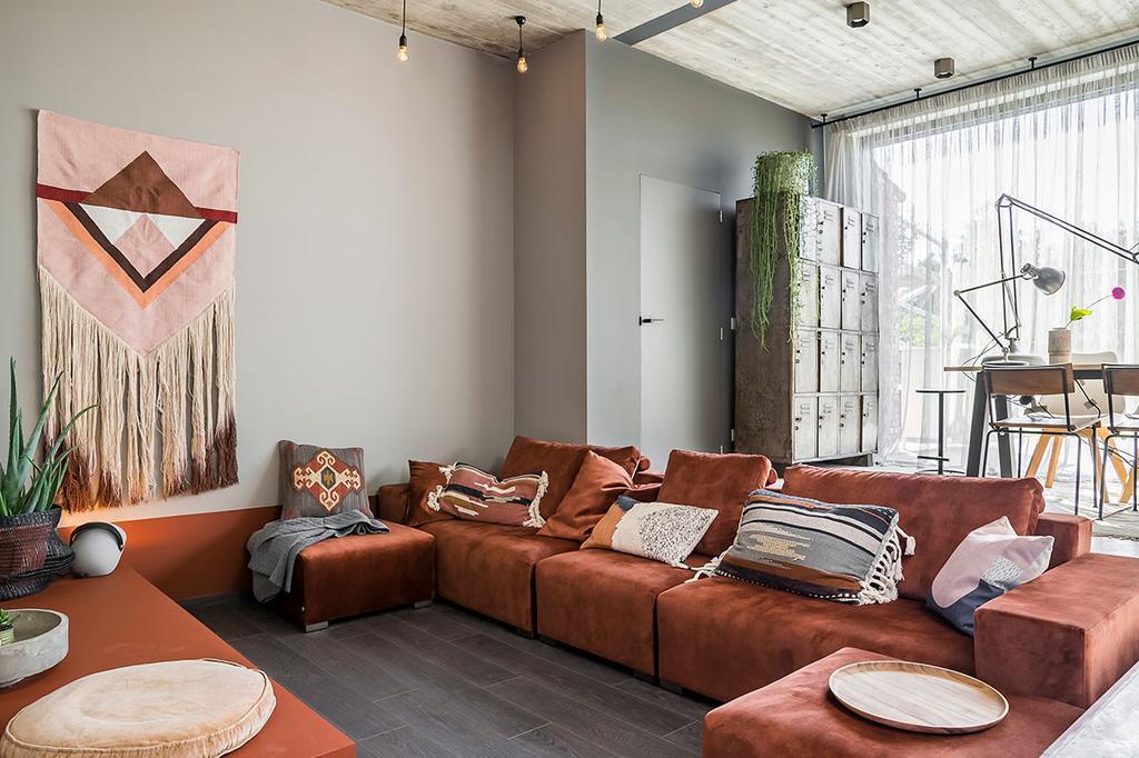 De roestkleurige zetel in de zitput van Loes en Kim uit Arendonk uit de eerste aflevering van het tweede seizoen van 'Een frisse start met vtwonen'