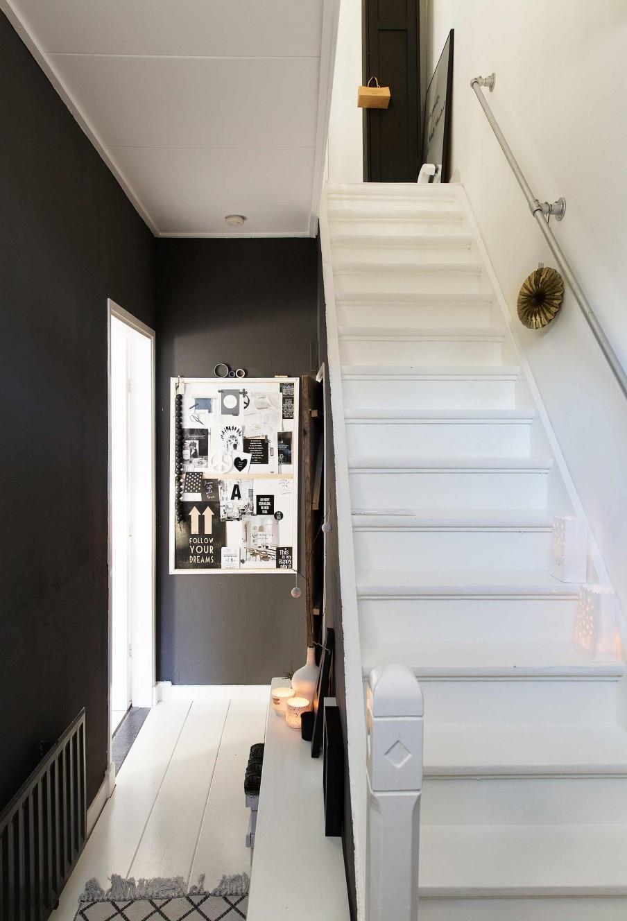 hall noir escalier blanc