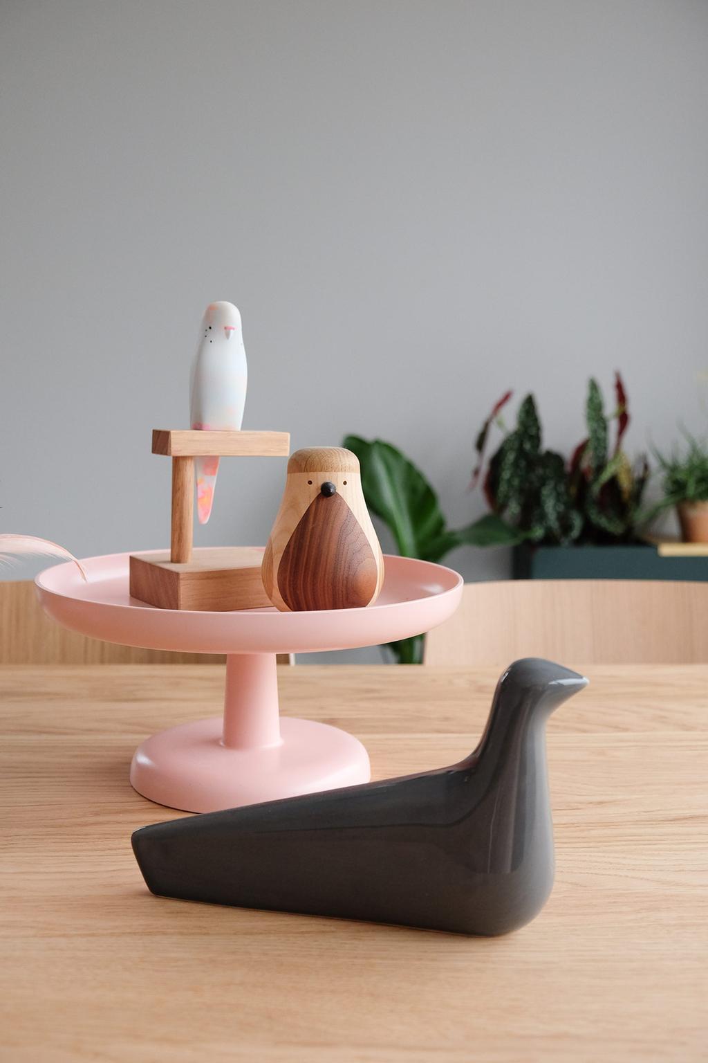 Designvogels van Vitra, Lars Beller Fjetland en Pete Crome op tafelb bij PRCHTG