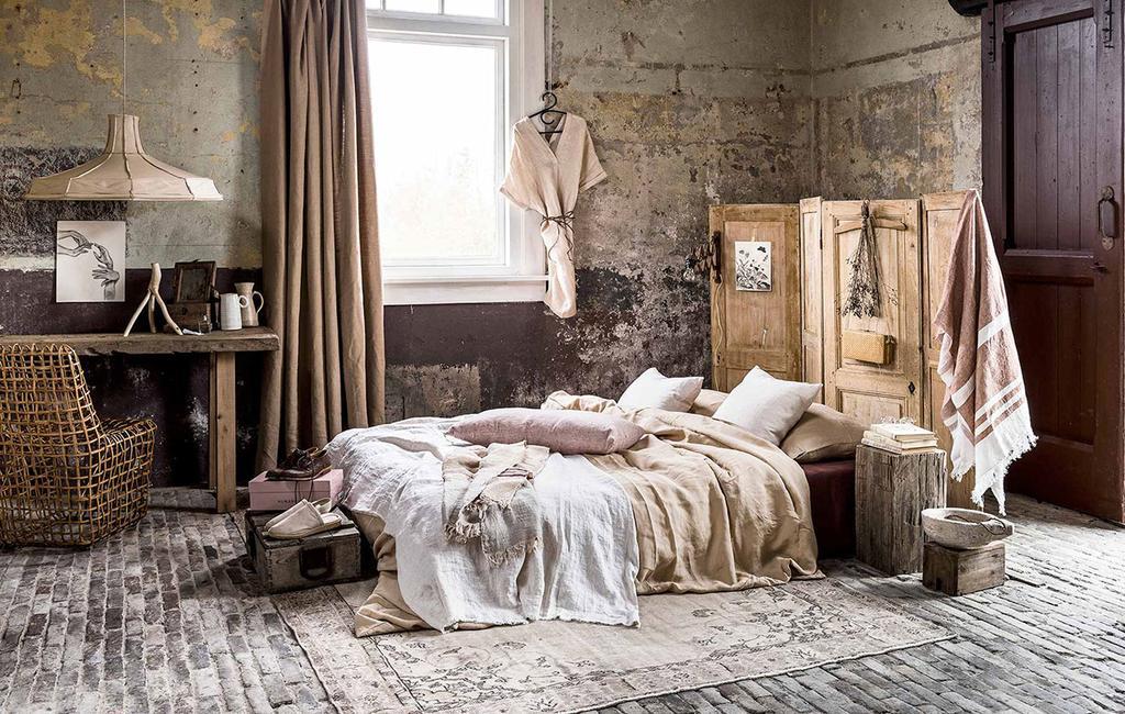 vtwonen 06-2017 | kringloop slaapkamer met houten tafel, en houten luiken achter bed