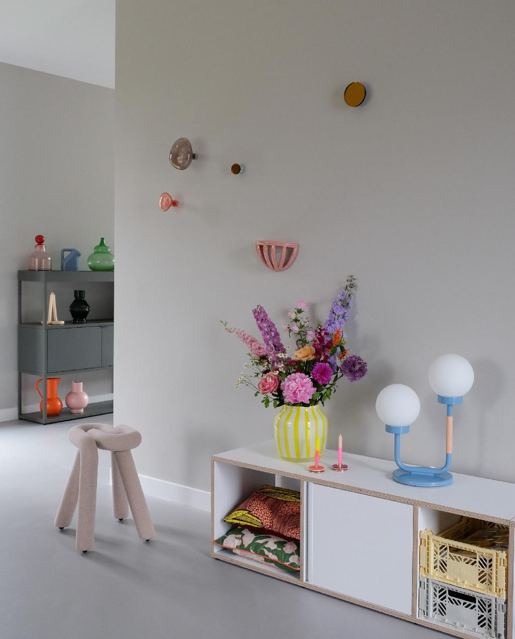 vtwonen blog PRCHTG | nieuwe aanwinsten design gele hay vaas en blauwe lamp