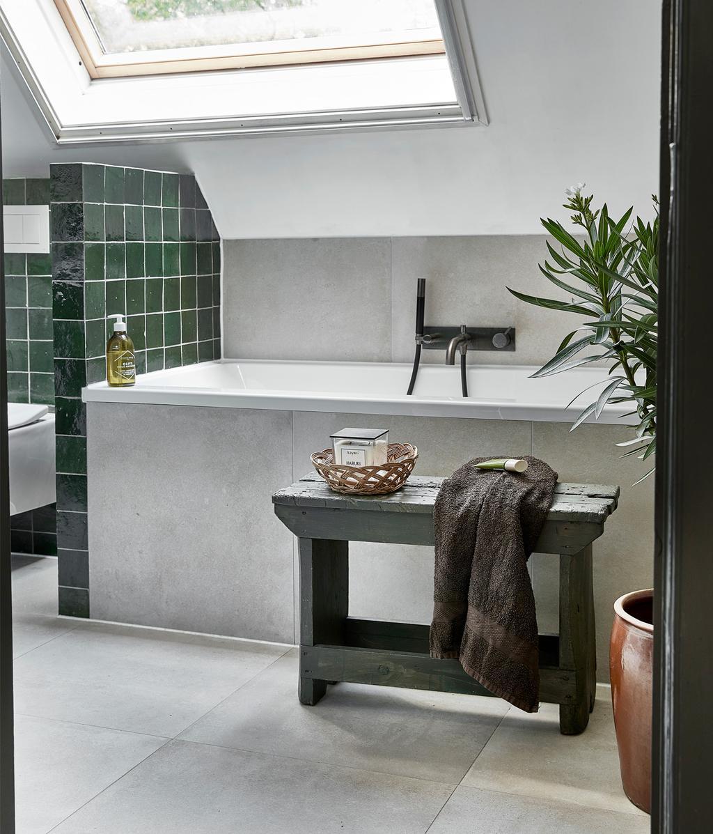 Lichte badkamer | Idyllisch boshuis
