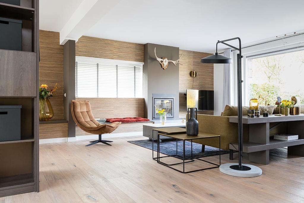 weer verliefd op je huis: woonkamer met natuurlijk behang en een haard