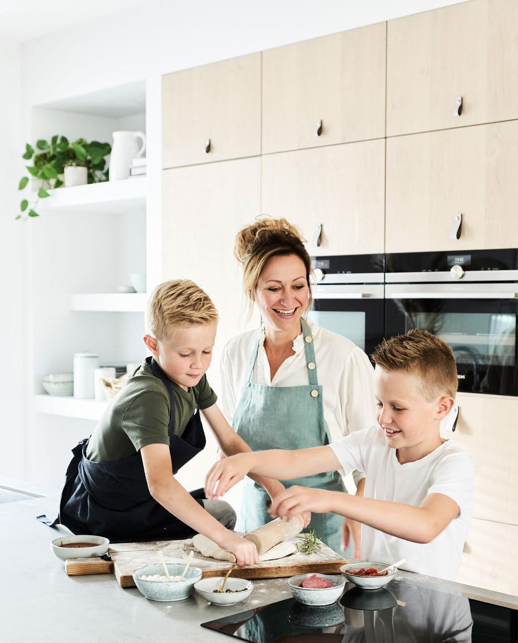 vtwonen binnenkijken in een blonde keuken met zwarte accenten siemens en de kwakel samen koken