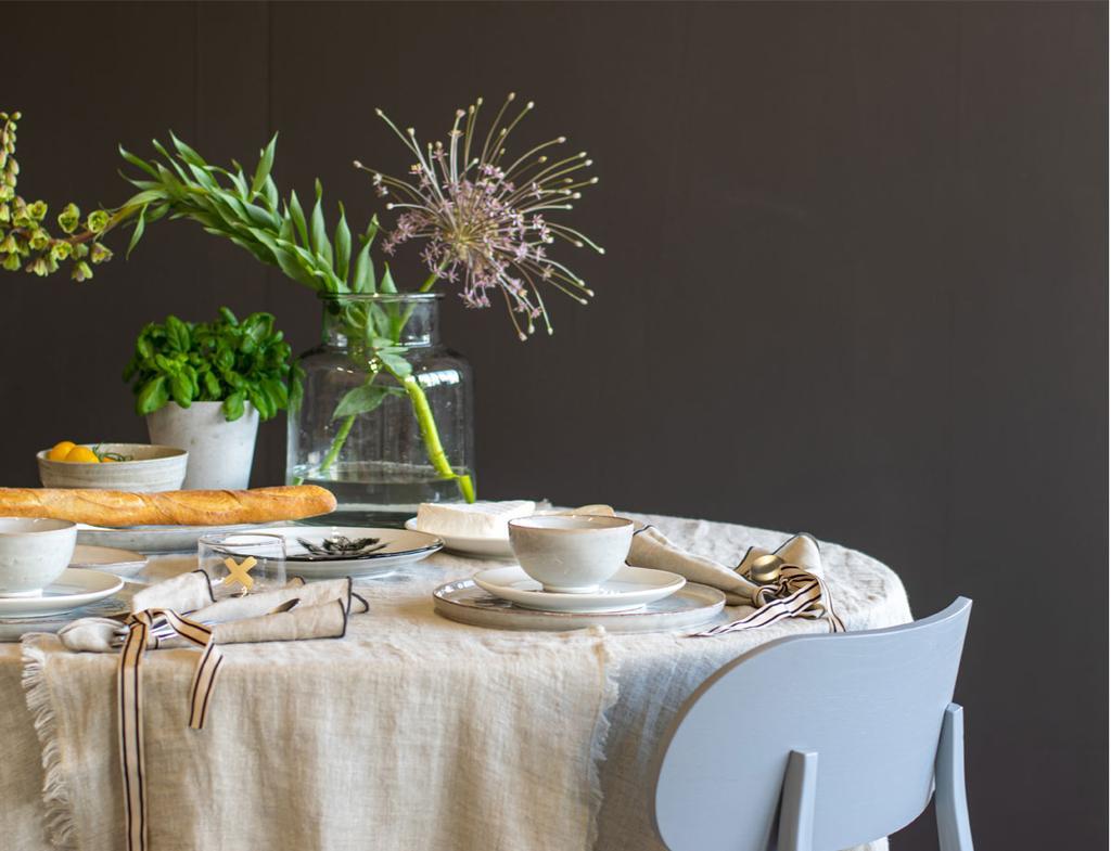 vtwonen vttv | een tafel 2x anders een romantisch gedekte tafel met zachte beige kleuren en bloemen