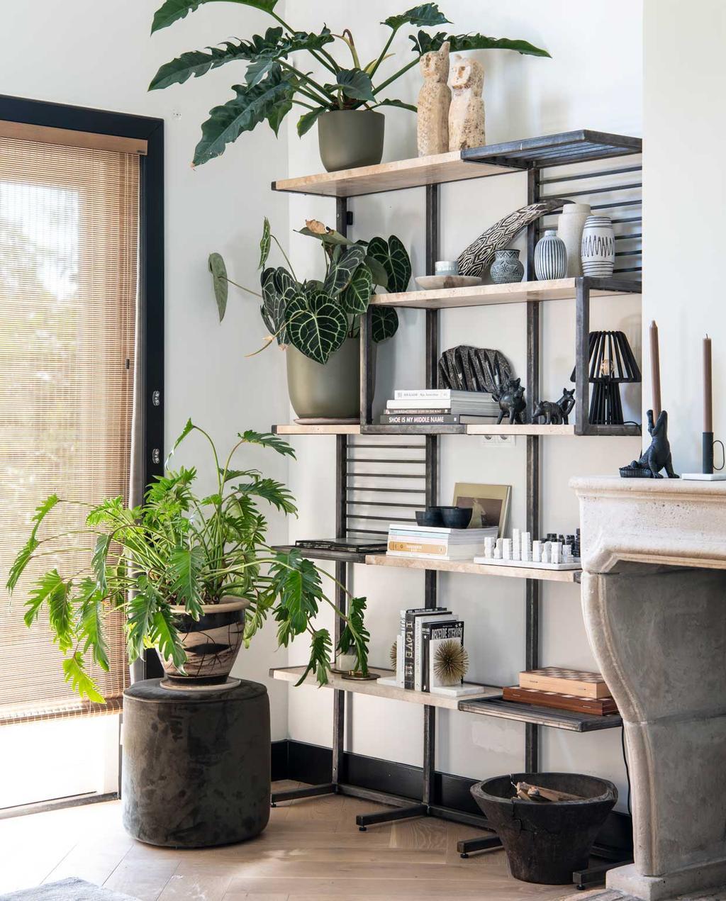 vtwonen binnenkijkspecial 2020 | binnenkijken in een woonboerderij in braambrugge | werkkamer met wandkast