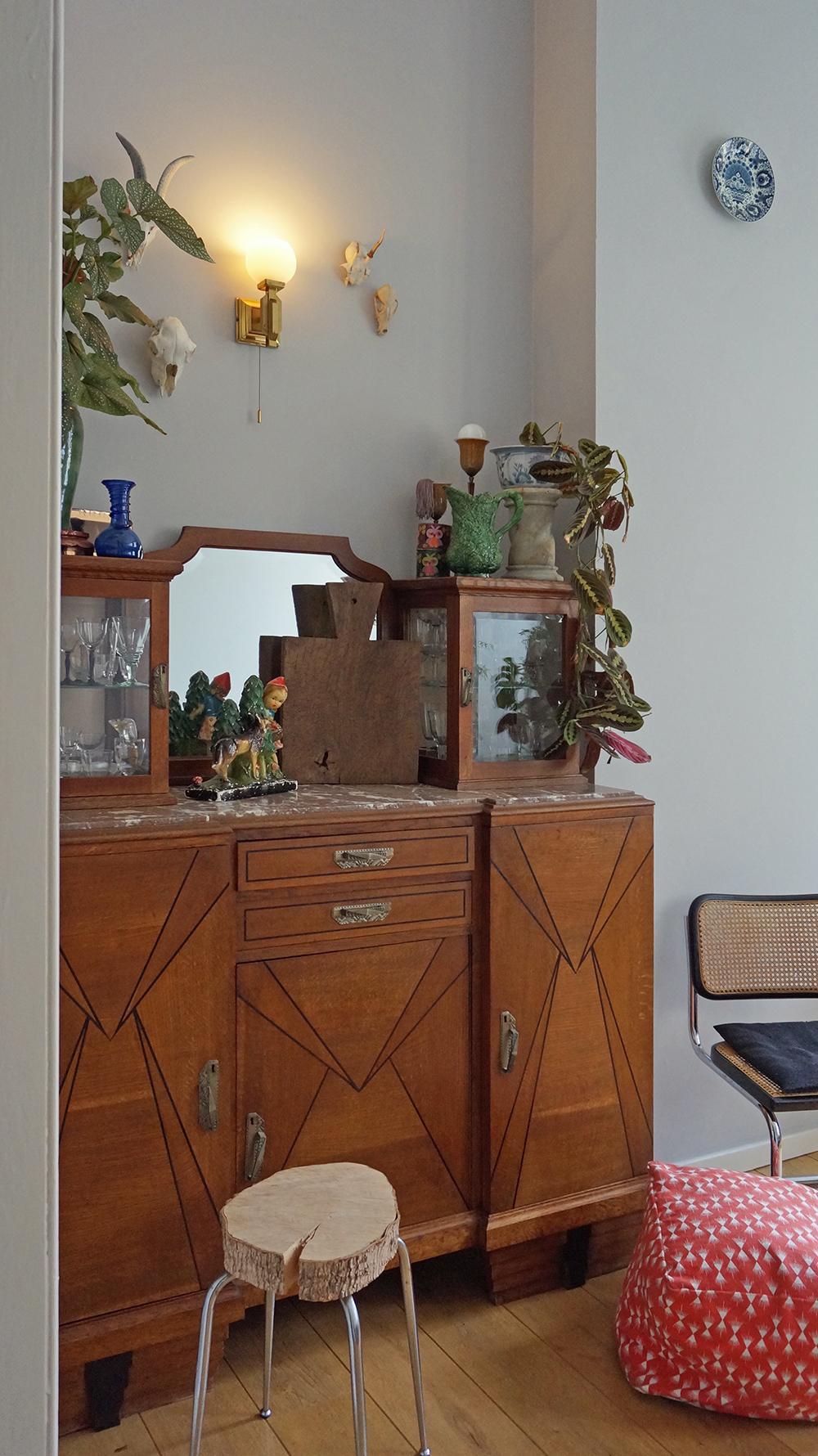 de-art-deco-buffetkast-in-de-eetkamer-is-voor-keukenspullen-die-we-minder-vaak-gebruiken-en-voor-de-glasverzameling-let-op-het-roodkapje-beeldje