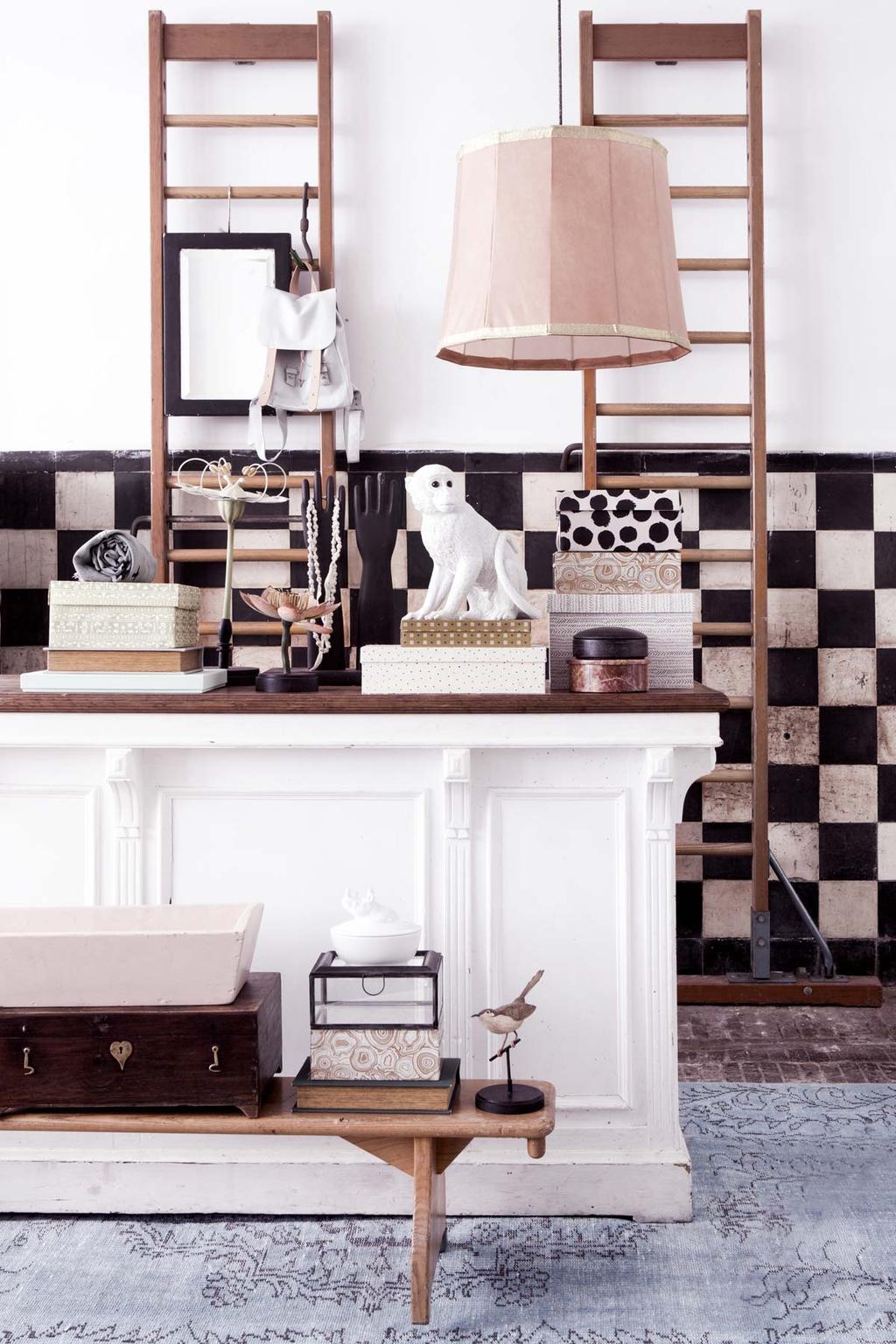 Tienerkamer met wandrek en zwart wit muur tegel lambrisering, opbergdoosjes